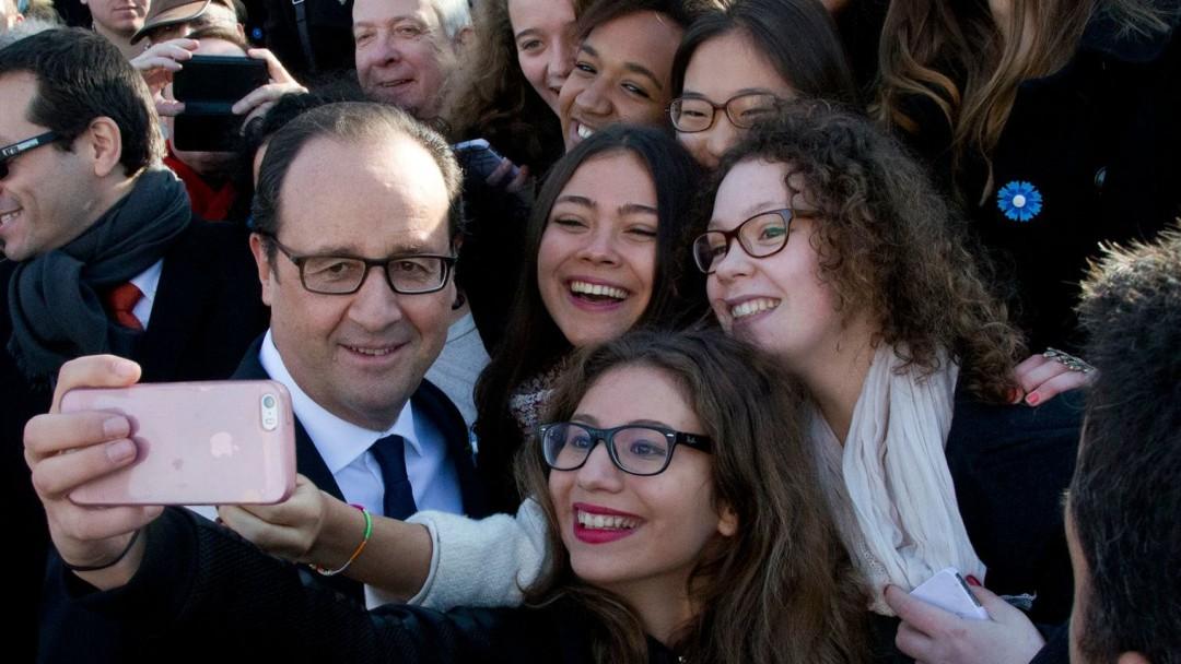 francois-hollande-fait-un-selfie-avec-des-jeunes-venus-assister-aux-ceremonies-du-11-novembre-a-paris_5333713